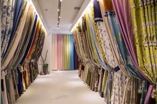 卧室里用什么样材质的窗帘合适