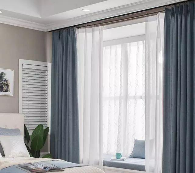 卧室窗帘轨道安装在天花板上好吗